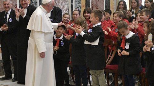 Pape François:« Prions aujourd'hui pour les enseignants …pour les étudiants, les jeunes …»